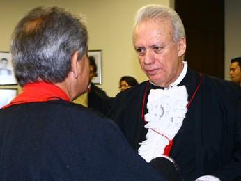 De frente, o advogado Rui Pimenta. De costas, o advogado de Bruno e de Dayanne, Francisco Simim (Foto: Maurício Vieira/G1)