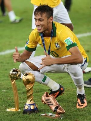 Neymar posa para foto com três prêmios: o de melhor jogador da Copa das Confederações, o de time vencedor do campeonato e a Chuteira de bronze (Foto: AP Photo/Andre Penner)