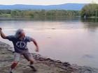 Americano faz pedra saltar várias vezes na água e cruzar lago nos EUA