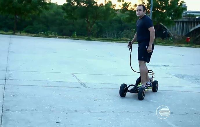 Fotógrafo Tibério Hélio se diverte com skate motorizado nas horas vagas (Foto: Reprodução/Rede Clube)