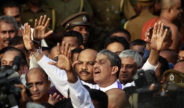Fonseka ergue acena a apoiadores após deixar o presídio de Welikada, em Colombo (Foto: Dinuka Liyanawatte/Reuters)