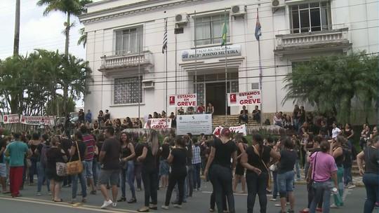 Servidores municipais de Registro realizam protesto pelas ruas da cidade