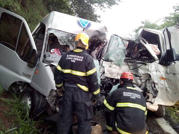 Caminhão e van bateram de frente na MG-050 em Itaúna (Foto: Polícia Militar Rodoviária/Divulgação)