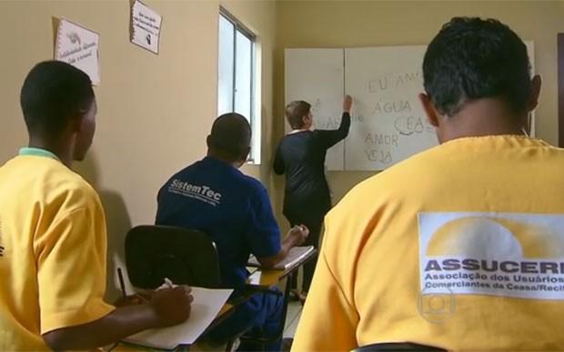 Valderice dá aulas de alfabetização de adultos (Foto: Reprodução/Globo Nordeste)
