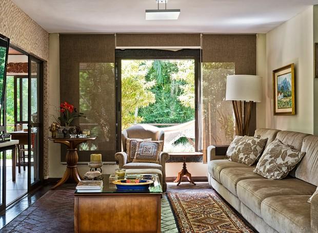 LIVING | O piso de tijolos é original do projeto e foi restaurado na reforma. Sofá e almofadas da Dutrevi Móveis. Cortina à venda na Natur Pisos (Foto: Marcelo Strammer/Divulgação)