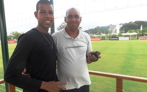 Irmão e pai de Alan acompanham treino do Inter (Foto: Tomás Hammes / GLOBOESPORTE.COM)