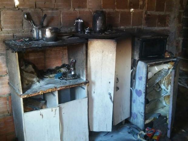 Móvel de coziha queimado por incêndio (Foto: Corpo de Bombeiros/Divulgação)