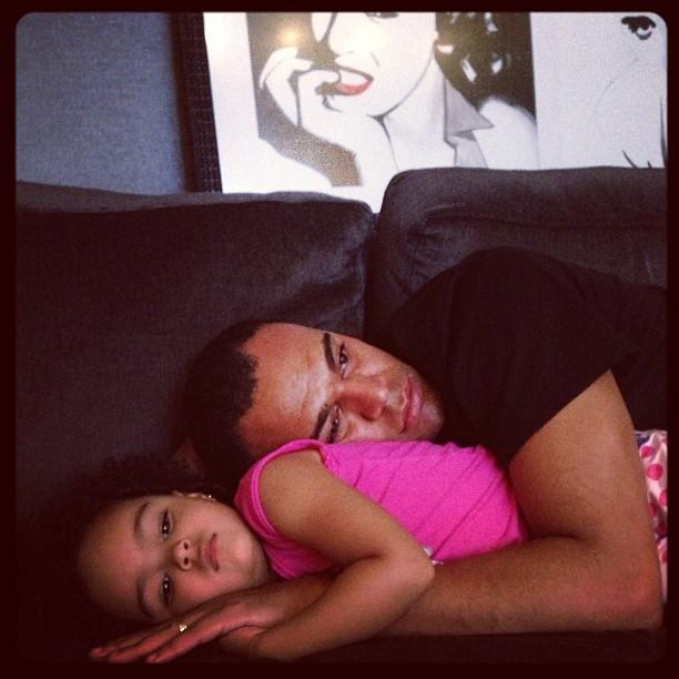 Jogador Denilson abraçado com a filha (Foto: Instagram / Reprodução)