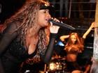Decotada, MC Ludmilla faz show para famosos em boate carioca