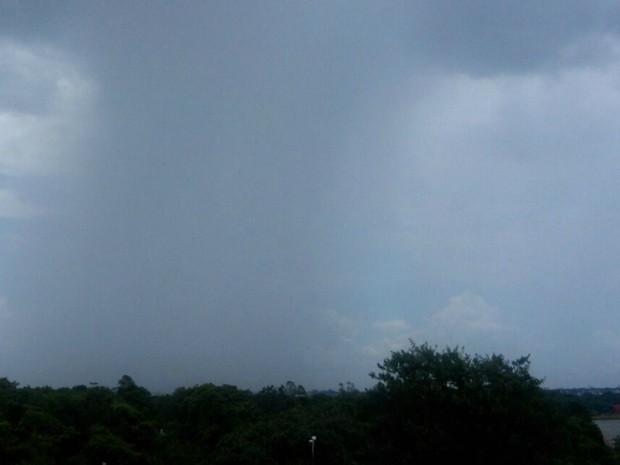 Chuva atingiu região norte de Campo Grande nesta terça-feira (22) (Foto: Ronie Cruz/G1 MS)