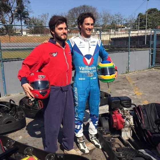 A dupla posa ao fim da disputa de kart que, naturalmente, foi vencida por Bruno (Foto: Divulgação)