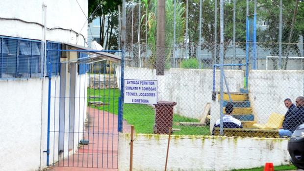 Portão fechado para os vestiários do estádio Martins Pereira, em São José dos Campos (Foto: Danilo Sardinha/Globoesporte.com)