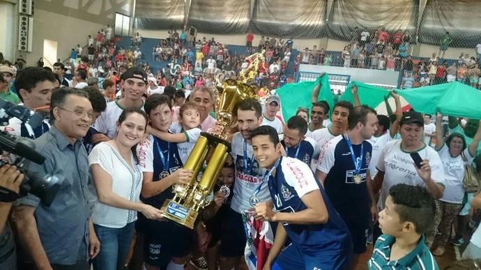 Nioaque comemora título da 37ª edição da Copa Morena de futsal (Foto: Roberto Oshiro/TV Morena)