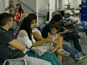 Alguns passageiros do voo resolveram aguardar as malas no aeroporto de Petrolina   (Foto: Reprodução/TV Grande Rio)