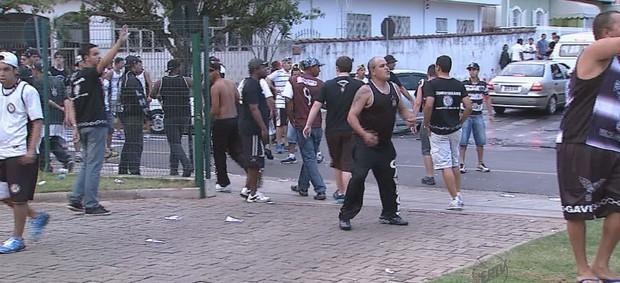 Torcidas do Orlândia e Corinthians brigam em frente ao ginásio de São Sebastião do Paraíso (Foto: Reprodução/EPTV)