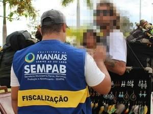 Ambulantes tiveram mercadorias apreendidas durante Fan Fest em Manaus (Foto: Maitê Barros/Sempab)