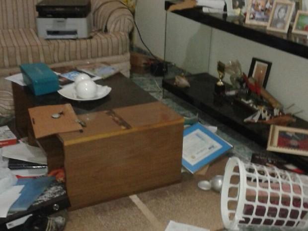 Criminosos reviraram casa a procura de objetos de valor (Foto: Divulgação)