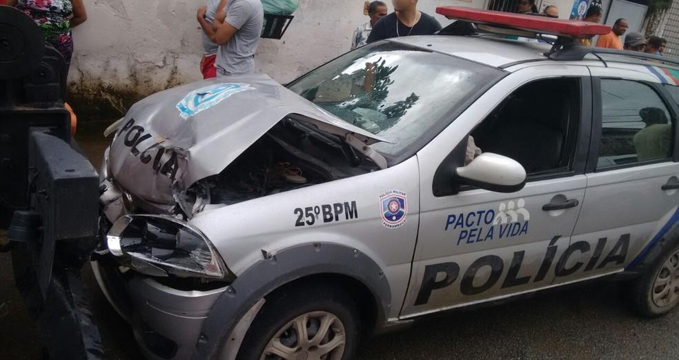 Carro do 25º Batalhão de Polícia Militar colidiu na traseira de um caminhão neste sábado (1º) (Foto: Reprodução/WhatsApp)