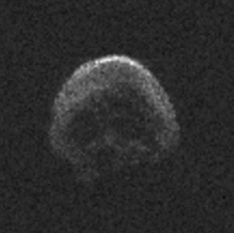 A 'cara de caveira' do asteroide do Halloween. Também achou?