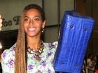 Beyoncé não perde o humor e sorri para fotos debaixo de chuva