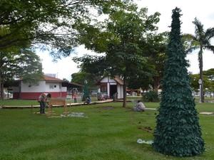Servidores instalam decoração (Foto: Lauane Sena/G1)