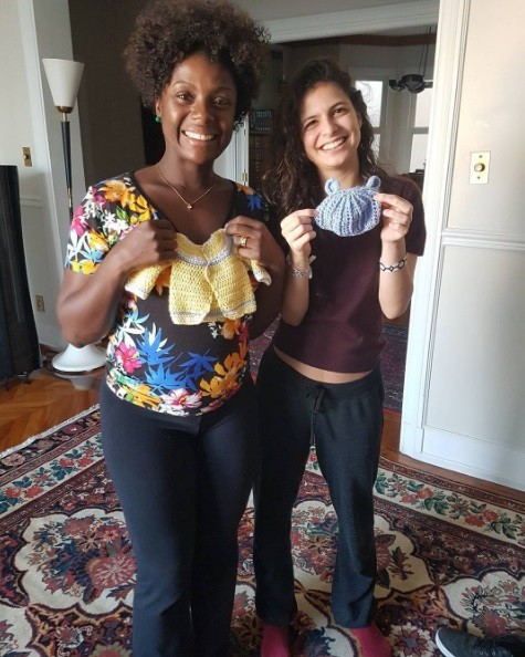 Adriana e a enteada Júlia com as roupinhas feitas por ela (Foto: Reprodução / Instagram)