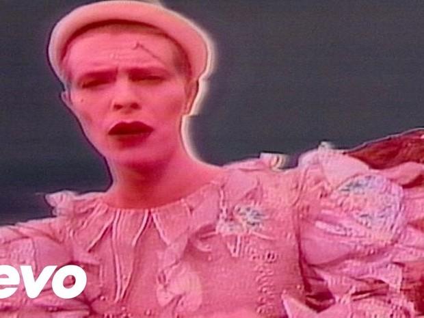 David Bowie no clipe de 'Ashes to Ashes' (Foto: Reprodução/Vevo)