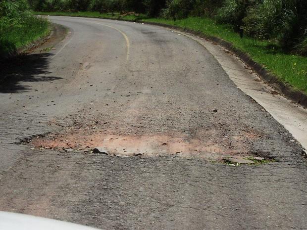 Estrada do Morro da Igreja apresenta fissuras  (Foto: Sérgio José de Lima/Divulgação)
