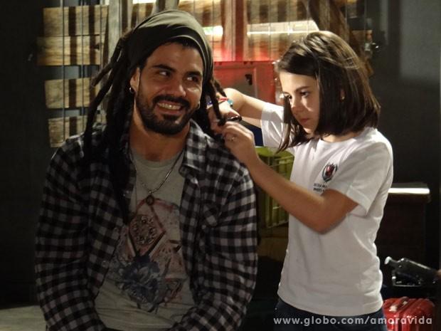 Ninho deixa que Paulinha corte seus longos dreadlocks... (Foto: Amor à Vida / TV Globo)