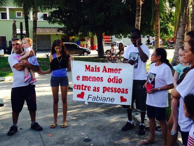 População deu as mãos e rezou, pedindo paz no mundo (Foto: Adriana Cutino / TV Tribuna)