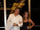 Maurício Mattar vai com a namorada ao show do Fábio Jr.