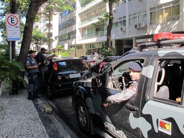 Na entrada do prédio do governador, PMs, um carro da Tropa de Choque e seguranças à paisana (ao fundo) (Foto: Bernardo Tabak/G1)