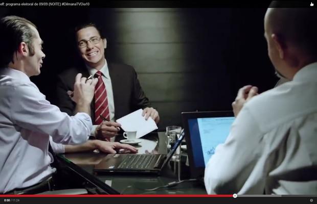Cena da propaganda eleitoral de Dilma Rousseff (PT), atores interpretando banqueiros (Foto: Reprodução)