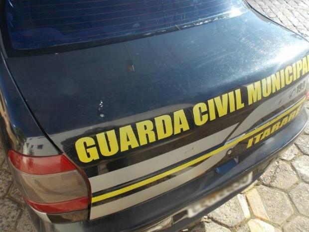 Foto mostra uma das marcas de pedradas em viaturas da GM (Foto: Arquivo Pessoal/ Milton Luis Komncki)