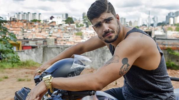 Grego (Caio Castro) é o cara que manda e desmanda em Paraisópolis (Foto: Globo)