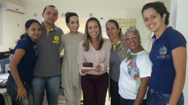 Maria Fernanda recebe o abraço da equipe de trabalho. (Foto: Nicole Melhado)