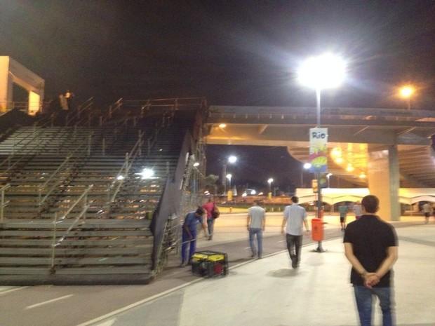 Técnicos fazem vistoria em escada que dá acesso ao Maracanã (Foto: João Ricardo Gonçalves/ G1)