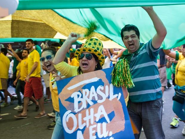 SÃO PAULO - Manifestantes na Avenida Paulista pedem a saída da presidente Dilma Rousseff (Foto: Alexandre Moreira/G1)