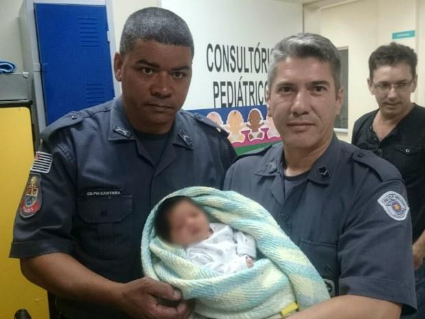 Bebê foi encontrada abandonada embaixo de árvore em Sorocaba (Foto: Divulgação/PM)