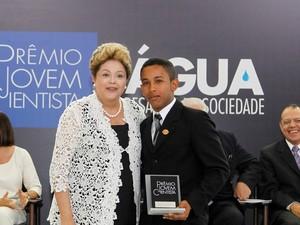 A presidente Dilma Rousseff e 1º colocado na categoria Estudante do Ensino Médio, Edivan Nascimento Pereira, durante a cerimônia (Foto: Roberto Stuckert Filho/PR)