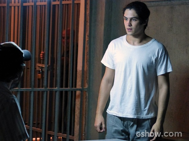 Antônio exige presença de Anita na prisão (Foto: Malhação / TV Globo)