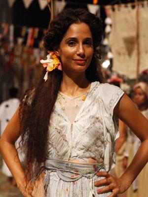 Isabel usa uma flor em cenas do primeiro capítulo (Foto: Lado a Lado/TV Globo)