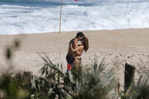 Isis Valverde e o namorado  (Foto: AgNews/)