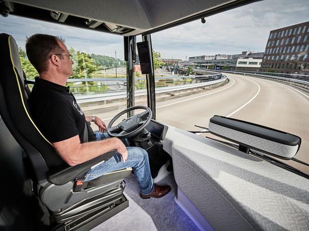 Motorista apenas monitora o ônibus e pode assumir o controle a qualquer momento (Foto: Divulgação)