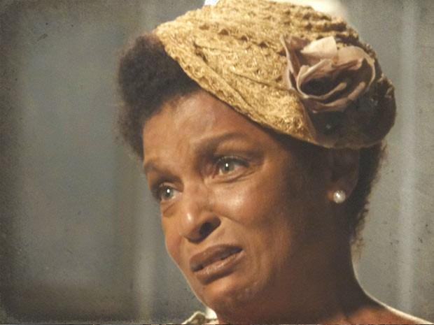 Norma se emociona ao rever o filho depois de tantos anos (Foto: Lado a Lado / TV Globo)