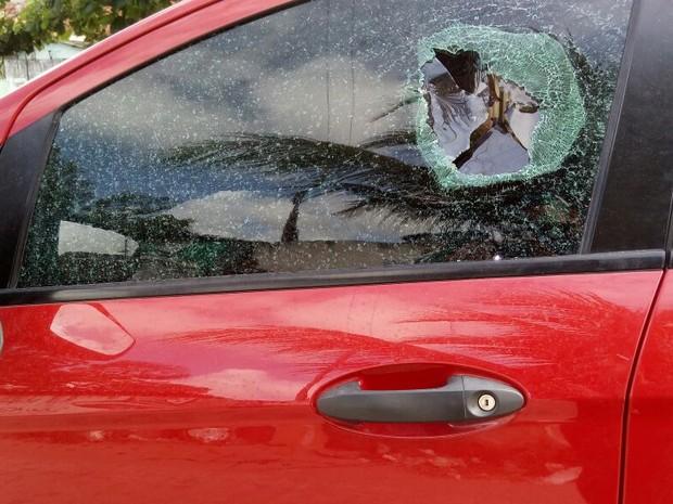 Carros da administradora de empresas ficou com a marca  da bala no vi (Foto: Bruno Grubertt/ TV Globo)