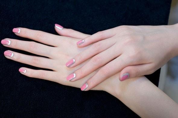 A nail art-desejo desfilada pela Chanel, na semana de alta-costura inverno 2012/13 (Foto: Reprodução)