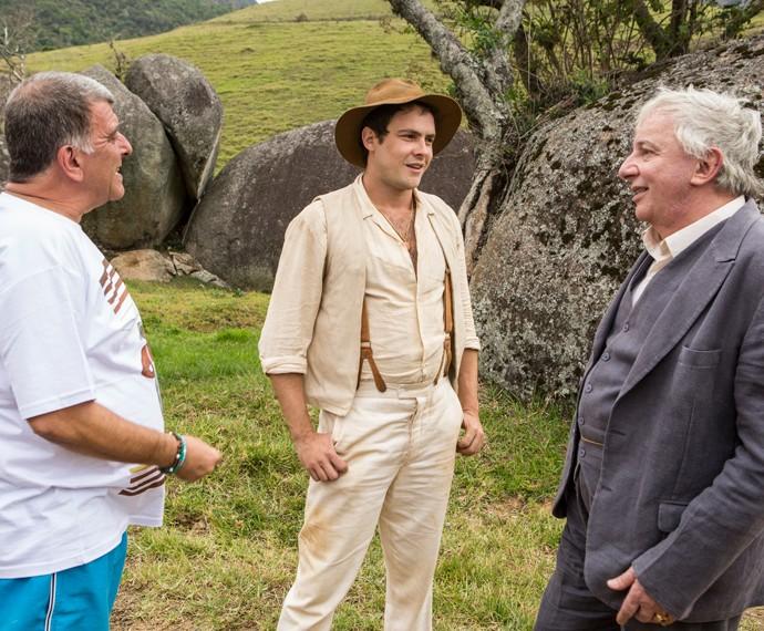 Marco Nanini ensaia com o diretor Jorge Fernando e Sergio Guizé nas primeiras gravações de 'Êta mundo bom' (Foto: Inácio Moraes/Gshow)