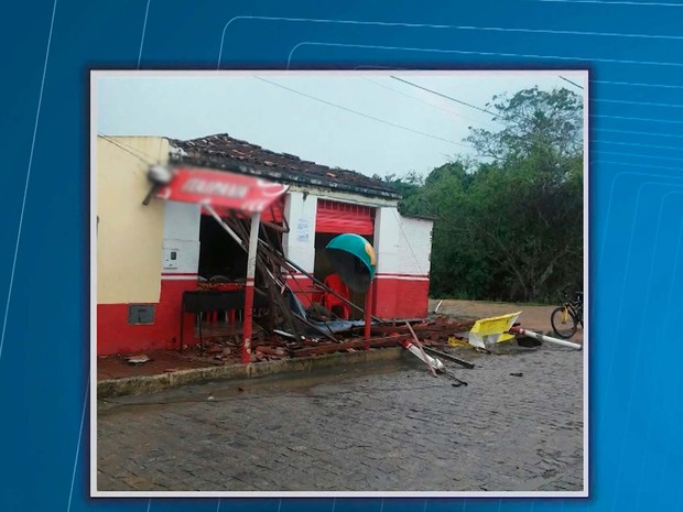Parte de telhado de restaurante que caiu em Ibicuí e atingiu e dona do estabelecimento (Foto: Reprodução/TV Santa Cruz)