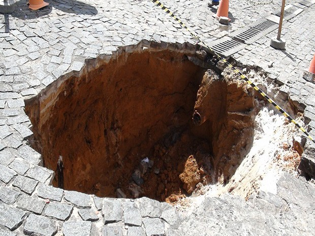 Buraco de 4 m de profundidade se abre no Largo de Dinha, em Salvador (Foto: Lílian Marques / G1)